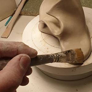 Atelier d'Artcor : Le lissage de la sculpture au pinceau