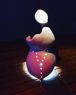 Graziella, sculpture abstraite réalisée par Artcor, version lumière d'ambiance